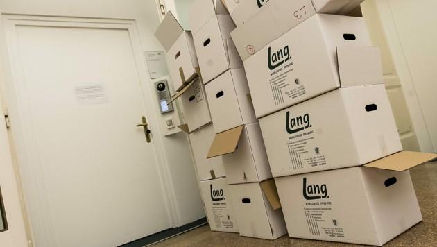 Großer Wirbel um diese 30 großen Umzugskartons, in denen sich unter anderem E-Mails aus dem Finanzministerium befinden (Bild: APA/Thomas Jantzen)
