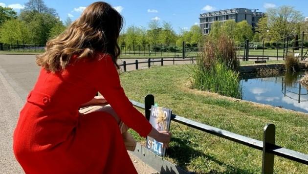 """Herzogin Kate verteilt Ausgaben ihres Fotobuches """"Hold Still"""", in dem Fotos der Coronapandemie gesammelt sind, mit einem persönlichen Brief an Orten der Hoffnung. (Bild: twitter.com/The Duke and Duchess of Cambridge)"""