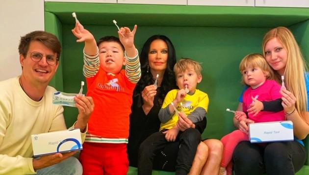 """Niko Resch mit Mirjam Orasch und den Lollipop-Antigentests im Kindergarten """"Dragonfly"""" (Bild: Tragner Christian)"""