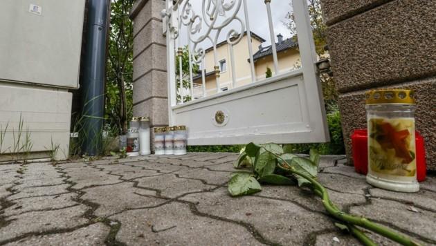 Kerzen und Rosen als Trauersymbol vor dem Wohnhaus von Helga B. (Bild: Tschepp Markus)