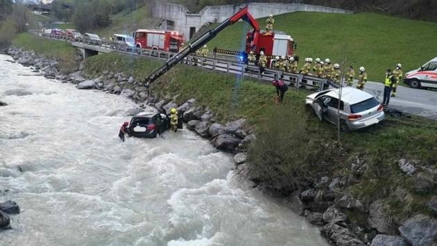 Eines der beiden Fahrzeuge wurde in die Saalach katapultiert. (Bild: WR Salzburg)