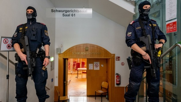 Die Polizei bewachte während der Verhandlung den Linzer Schwurgerichtssaal (Bild: Kerschbaummayr Werner)