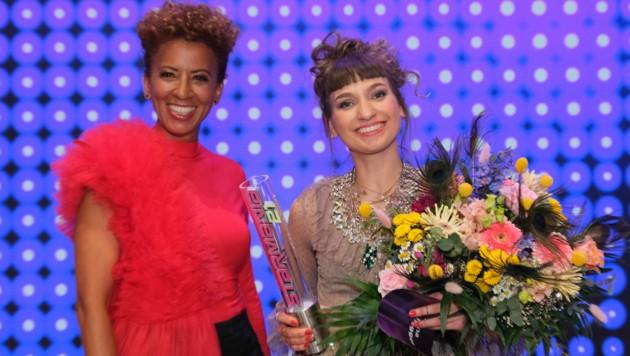 """Arabella Kiesbauer freut sich mit Anna Buchegger über deren Sieg bei """"Starmania 21"""". (Bild: ORF)"""