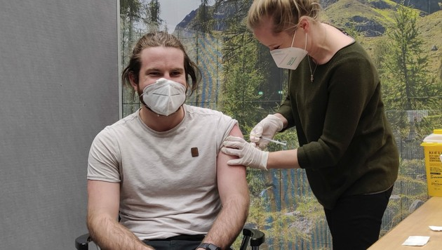 Wer sich zum Impfen anmeldet, sollte spätestens ab Mitte Juni einen Termin erhalten. Bereits jetzt kommen Jüngere zum Zug, die sich im Jänner vormerken ließen. (Bild: APA/ANGELIKA GRABHER-HOLLENSTEIN)