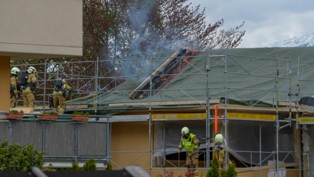 Im Krippenweg in Zirl kam es zu einem Brand auf einer Baustelle im Dachgeschoss. (Bild: Zeitungsfoto.at/Team)