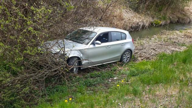 Ein Fahrzeug landete bei dem Unfall in einem Straßengraben. (Bild: Zeitungsfoto.at/Team)