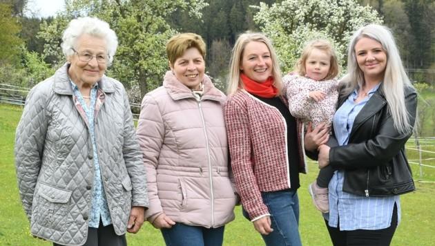 Ururoma Hilde, Uroma Hilda, Oma Cornelia, die kleine Anja (1) und ihre Mama Sophie (24) (Bild: Scharinger Daniel)