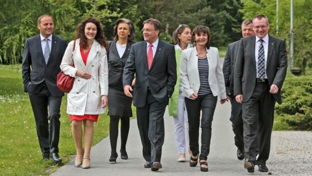 Ein Bild der Regierung aus glücklicheren Tagen vor Corona – damals noch mit der umstrittenen Grün-LR Baur (5.v.li.). (Bild: Christof Birbaumer)