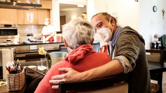 In Senioreneinrichtungen gibt es für das Pflegepersonal neuen organisatorischen Aufwand (Bild: Tröster Andreas)