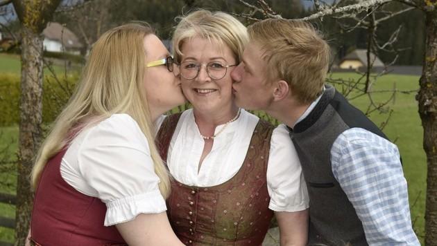 Familie Schlick aus Mariapfarr lässt Mama Monika hochleben (Bild: Holitzky Roland)
