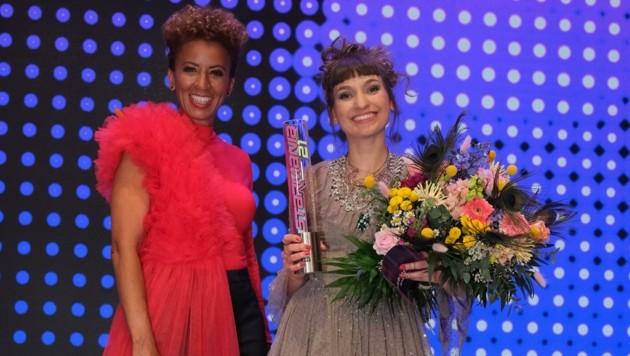 Sie strahlten nach dem Ende des Starmania-Finales um die Wette: Moderatorin Arabella Kiesbauer und die frischgekürte Siegerin Anna Buchegger. Moderatorin (Bild: Hans Leitner)