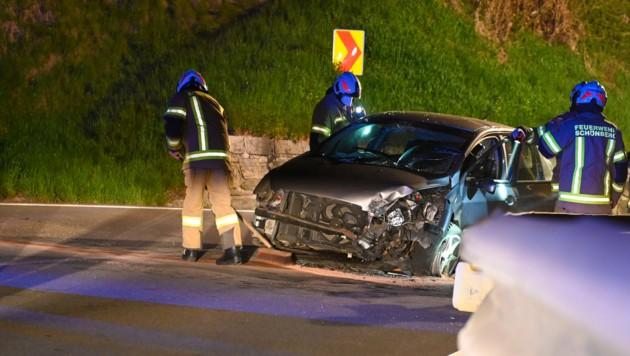 Durch den Anprall wurde das Fahrzeug gedreht und kam entgegen der Fahrtrichtung schwer beschädigt zum Stillstand. (Bild: zeitungsfoto.at/Liebl Daniel)
