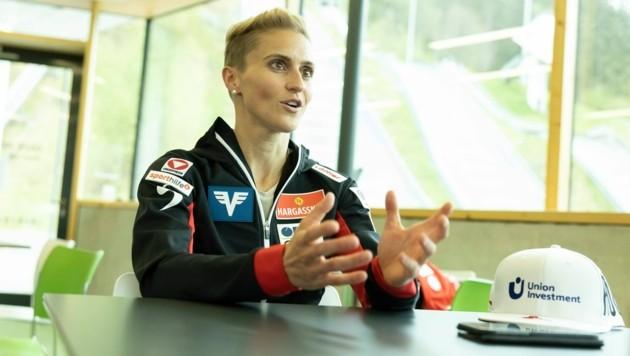"""Vorarlbergs Parade-Skispringerin Eva Pinkelnig sprach beim großen Interview mit der """"Krone"""" nicht nur darüber, wie sie ihren schweren Sturz in Seefeld erlebt hat. Die 32-Jährige verrät auch, wie schwer es für sie war - trotz Topform - wieder Springen zu dürfen. (Bild: Maurice Shourot)"""