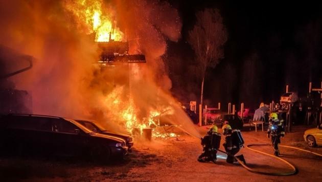 In Edenberg kam es zu einem Großbrand. Ein Nebengebäude stand lichterloh in Flammen. (Bild: FF Mooskirchen)