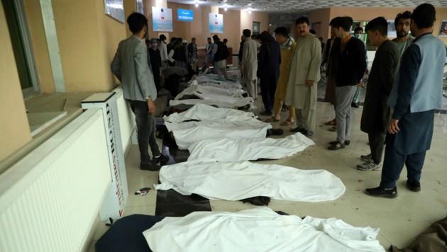 Im Krankenhaus mussten die Väter ihre bei dem Bombenanschlag getöteten Töchter identifizieren. Sie gingen alle in die Mädchenschule vor der (Bild: AP)