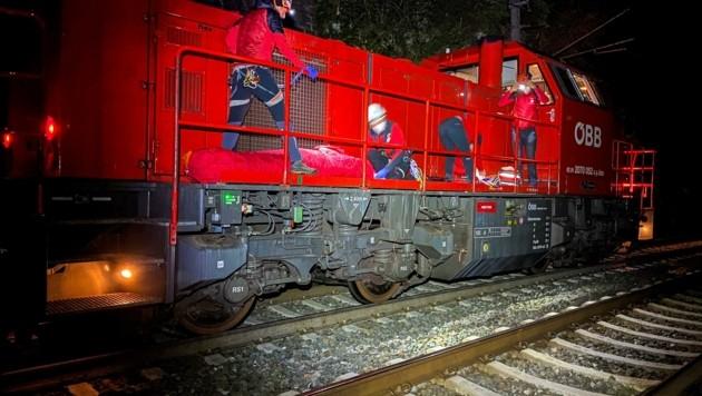 Eine Bergung per Lok kommt nicht alle Tage vor (Bild: zeitungsfoto.at/BR Innsbruck)