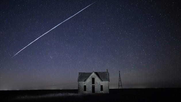 Ein mit Langzeitbelichtung aufgenommenes Foto zeigt die Starlink-Satelliten über dem Himmel von Kansas in den USA. (Bild: AP)