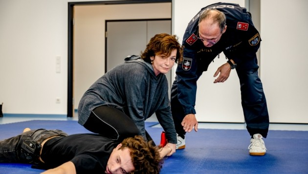 Katharina Stemberger trainiert schon, wie sie als Linzer Kommissarin Verbrecher zur Strecke bringt. (Bild: Philine Hofmann)
