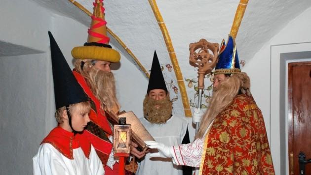 """Der """"Bacchus"""" (links) dient mit seinem dicken Bauch als Ablage für das Holz-Liederbuch. (Bild: Chronik der Gemeinde Stans)"""