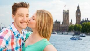Nachdem es in der Corona-Krise verpönt war, dürfen sich die Briten ab 17. Mai wieder Küssen und Umarmen. (Bild: ©Syda Productions - stock.adobe.com)