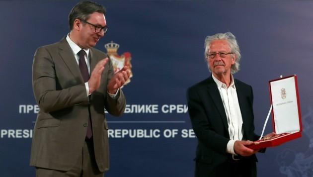 In Belgrad wurde Handke vom serbischen Präsidenten Aleksandar Vucic der Karadjordje-Orden überreicht. (Bild: AP)