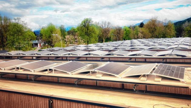 Diese neue Photovoltaikanlage deckt den Energiebedarf im Strandbad ab. (Bild: Christian Tragner)