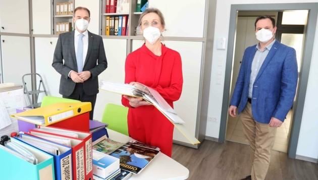 Anita Hofstädter erhielt von Bürgermeister Wolfgang Koller (re.) eine Chance auf einen Job. Landesrat Leo Schneemann besuchte die Gemeinde. (Bild: Judt Reinhard)