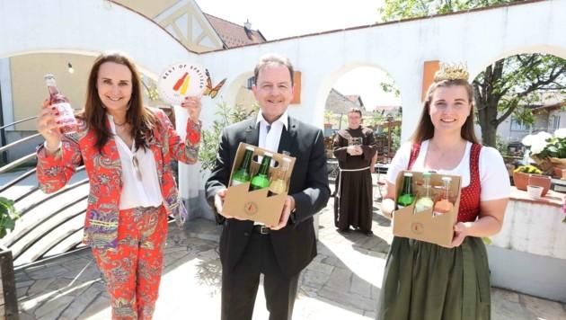 Maggie Entenfellner, Präsident Niki Berlakovich, Weinkönigin Susanne Riepl und Pater Thomas Lackner testeten sich durch immerhin 50 Proben von 35 Weinbaubetrieben. (Bild: Judt Reinhard)