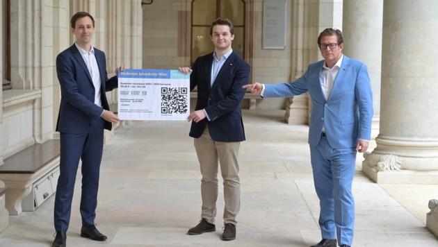Nico Marchetti, Harald Zierfuß und Wolfgang Kieslich von der Jungen ÖVP fordern ein Jahresticket für Studierende (und haben hier ein selbst gebasteltes Ticket in der Hand). (Bild: Junge ÖVP)
