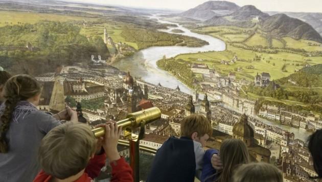 Am Sattler-Panorama begeistern sich sowohl Einheimische als auch Touristen aus aller Welt. (Bild: Salzburg Museum)