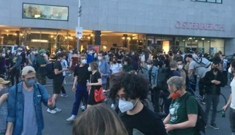 """Demonstration gegen Sexismus vor dem Verlagshaus von Wolfgang Fellner und seiner Zeitung """"Österreich"""" (Bild: zVg)"""