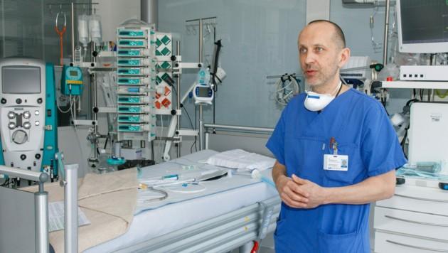 Dr. Wolfgang List koordiniert die Intensivbetten in Vorarlberg. (Bild: Bernd Hofmeister)