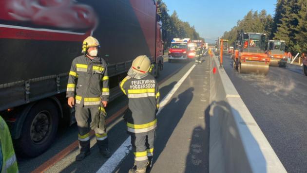 Die Lenkerin wurde mit ihrem Pkw zwischen zwei Lkw eingeklemmt. (Bild: Bezirksfeuerwehrkommando Klagenfurt-Land)