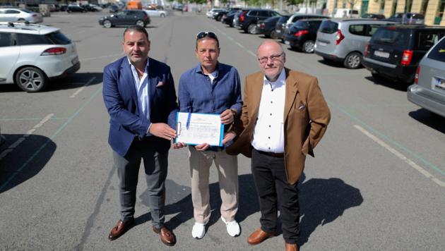 Leo Kohlbauer, Toni Mahdalik und Ronald Walter (v.l.) wollen den Parkplatz unbedingt erhalten. (Bild: Gerhard Bartel)