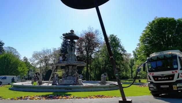 Neubefüllung des Stadtparkbrunnens am Dienstag. (Bild: Jörg Schwaiger)