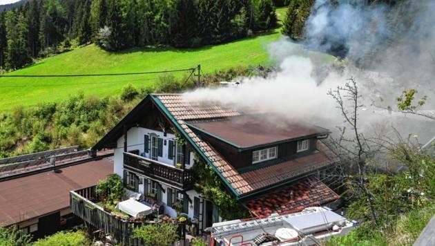 Das Feuer brach im Obergeschoss des Hauses aus (Bild: LIEBL Daniel/zeitungsfoto.at)