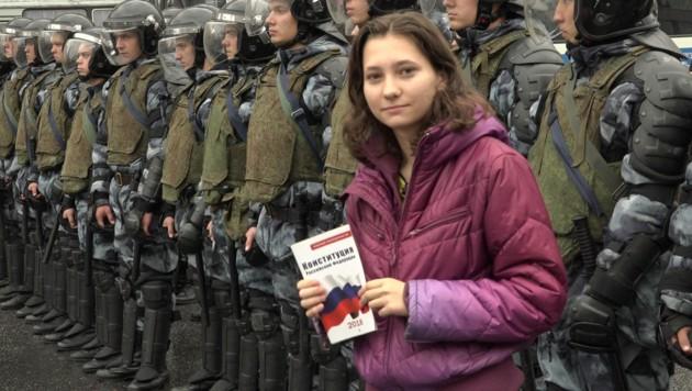 Olga Misik wurde berühmt, weil sie Polizisten bei Protesten aus der russischen Verfassung vorlas. (Bild: APA/AFP/Nikolay Korzhov)