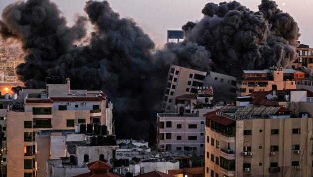 Ein Hochhaus in Gaza stürzte nach einem israelischen Luftangriff ein. (Bild: AFP)