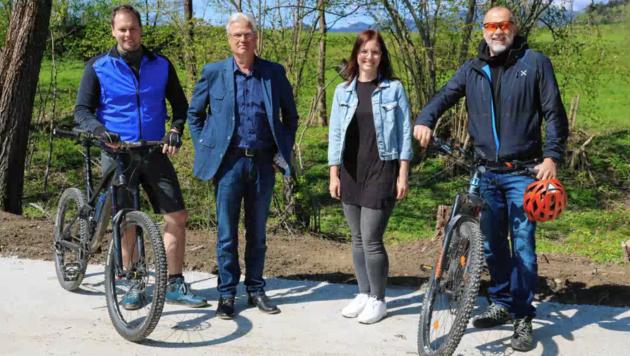 Die Radweg-Tester: Alexander Kröll und Herwig Röttl mit den Gemeinderäten Sandra Preiml und Herwig Engl. (Bild: SPÖ Feldkirchen)