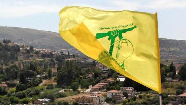 Die Flagge der Hisbollah an der Grenze zwischen Libanon und Israel (Bild: APA/AFP/Ali DIA)