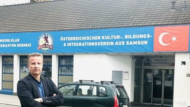 Bezirksrat Günter Kasal vor dem Vereinslokal in Favoriten. (Bild: Günter Kasal)