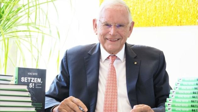 Der Kremser Dr. Heinz Boyer beim Signieren seiner Bücher (Bild: GabrieleMoser)