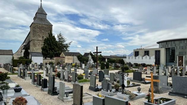 Der Parkplatz des Friedhofs Maria Schöndorf liegt nur etwa 100 Meter Luftlinie von der Wohnung des Paares entfernt. (Bild: Wenzel Markus)
