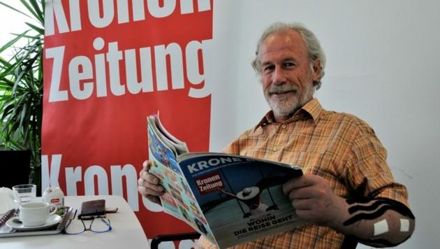 """Herbert B. liest lachend in der """"Krone"""" den Bericht über seinen Unfall. (Bild: Peter Freiberger)"""