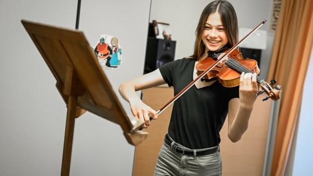 """""""Ich spiele mit Begeisterung im Jugendorchester, das fehlt mir sehr"""", meint Lea Sykora (16), Geigenschülerin an der Linzer Musikschule (Bild: Alexander Schwarzl)"""