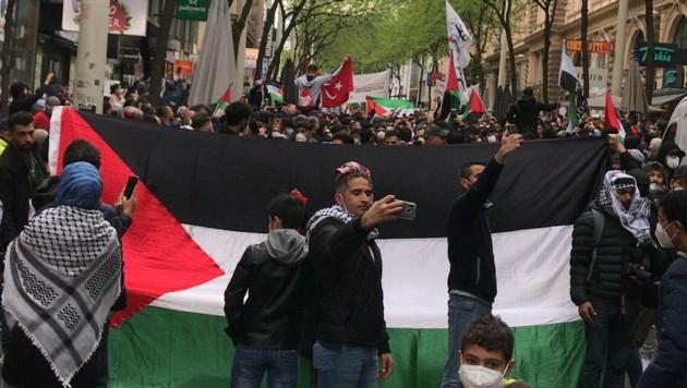 Die Anti-Israel-Demo auf der Mariahilfer Straße am Mittwochnachmittag (Bild: Screenshot: twitter.com)