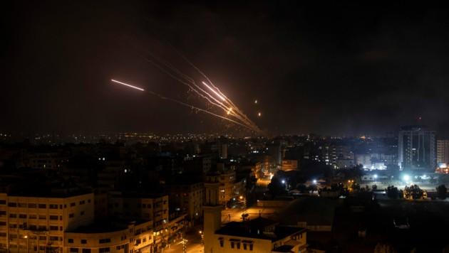Raketen vom Gaza-Streifen greifen am Mittwoch Israel an. (Bild: AP)