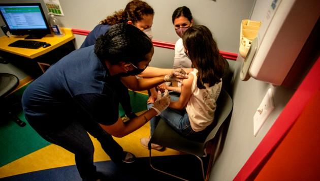 In den USA wurden die ersten Zwölf- bis 15-Jährigen bereits mit dem Präparat von Pfizer/Biontech geimpft. (Bild: AP)