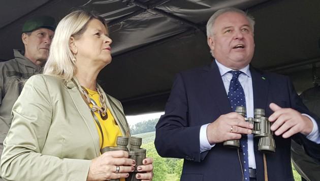 Verteidigungsministerin Klaudia Tanner und ihr steirischer Parteikollege Hermann Schutzenhöfer beim Besuch der Jägerkompanie Deutschlandsberg (Bild: APA/Peter Kolb)