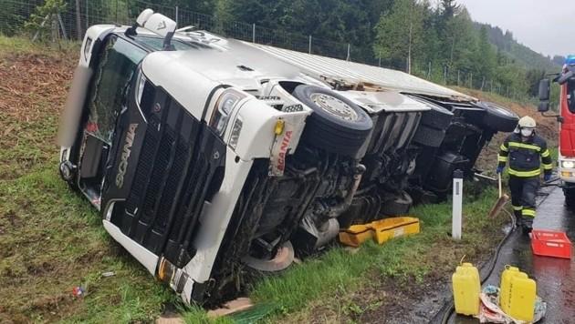 Der LKW-Fahrer musste von der Feuerwehr Kammern über die Windschutzscheibe befreit werden. (Bild: FF Kammern)